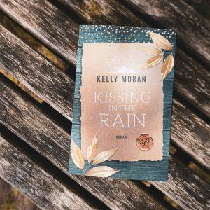 [Rezension] Kissing in the Rain – Kelly Moran